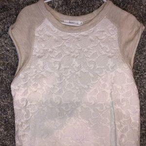 Sleeveless shirt with design